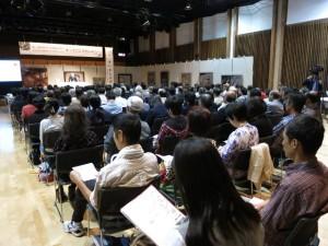 大勢の聴衆と絵画に囲まれた素敵な空間の中で、後援は進みました。